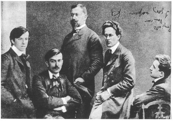 """Kompozytorzy """"Młodej Polski"""" (od lewej) Apolinary Szeluto, Karol Szymanowski, Władysław Lubomirski, Grzegorz Fitelberg, Ludomir Różycki. Wiedeń, 1910"""